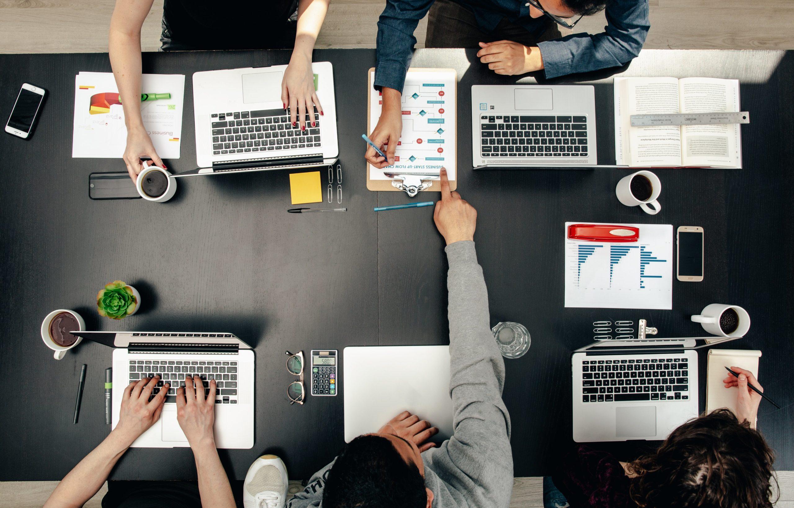 tech-group-meeting-flatlay